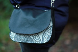 YGGDRASIL MONO IRISE SADDLE BAG Eco leather flap and the pattern underneath